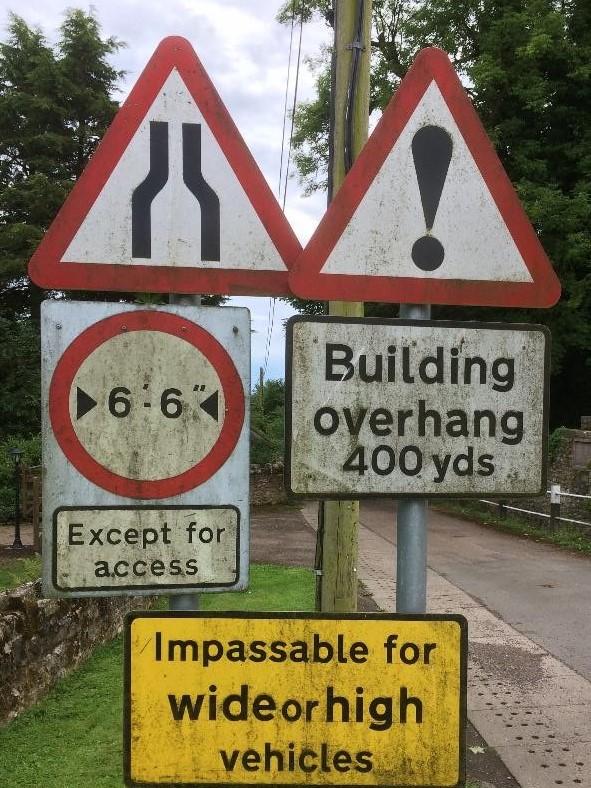 Verkeersborden langs de kant van de weg in Groot-Brittanë