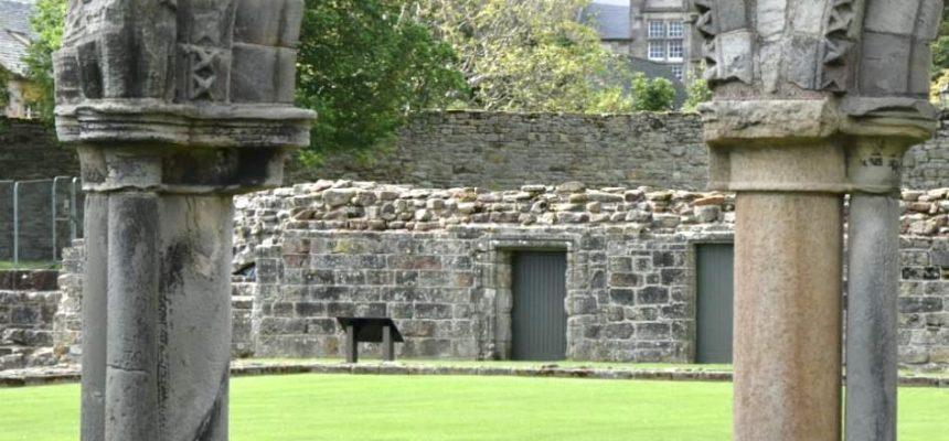 Ruïne in Schotland en kerk